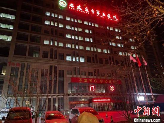 凌晨3点石家庄市第五医院主楼多个房间亮着灯 李茜 摄