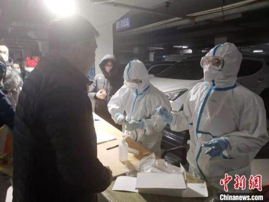 凌晨3点医务人员依然在给居民做核酸检测 张帆 摄