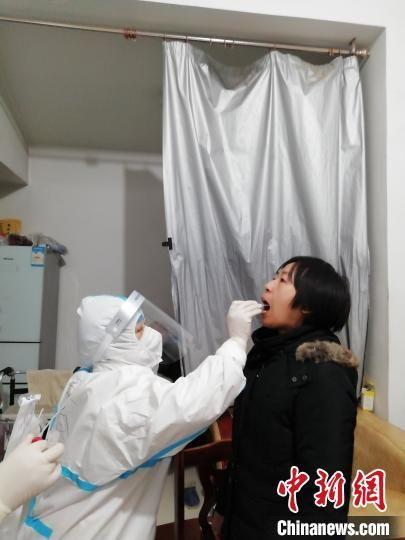 1月7日,石家庄市美景东方社区核酸检测现场。 沈婕 摄