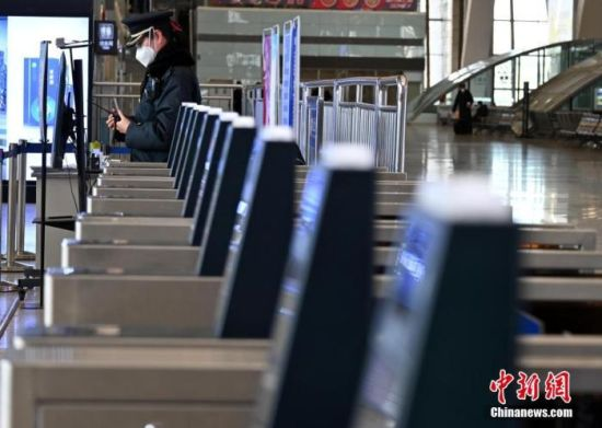 1月7日,河北省石家庄市,石家庄火车站的一名工作人员在执勤。据了解,从1月6日开始,石家庄火车站实行临时性严防严控措施,所有乘客一律暂停进站乘车。 中新社记者 翟羽佳 摄