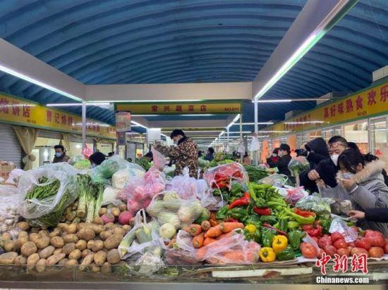 石家庄市场内蔬菜供应充足。中新社记者 黄歆尧 摄