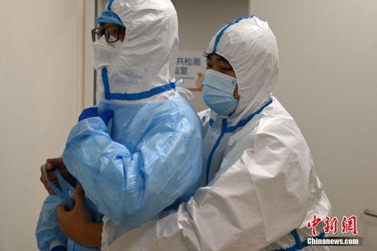 图为忙碌的医护工作者。 中新社记者 翟羽佳 摄