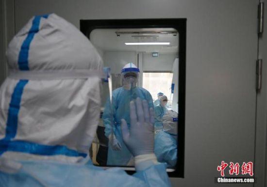 资料图:河北石家庄,医护人员全副武装准备接班。 中新社记者 翟羽佳 摄