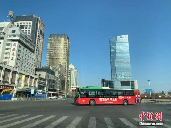 图为市区主干道车辆明显稀少。 中新社记者 黄歆尧 摄