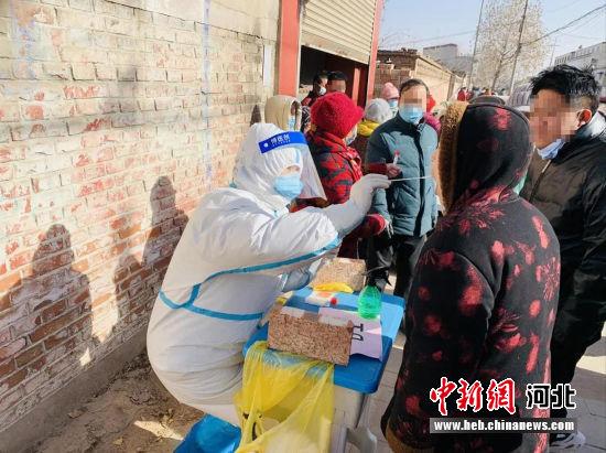 高阳县医护人员正在藁城区对村民进行核酸检测工作。 梁晓丹 摄