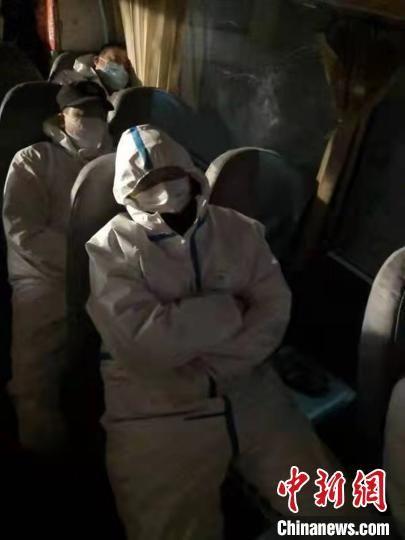 图为藁城区增村镇小果庄村疫情防控检查站警员在车上睡觉。 张月礼 摄