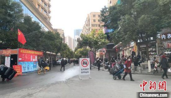 武汉市启动石家庄相关确诊病例在汉情况排查工作,相关市场已封控并进行环境消杀 武一力 摄