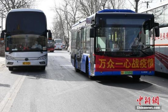 1月11日,石家庄藁城区增村镇北桥寨村村民们正有序转移隔离。中新社记者 翟羽佳 摄