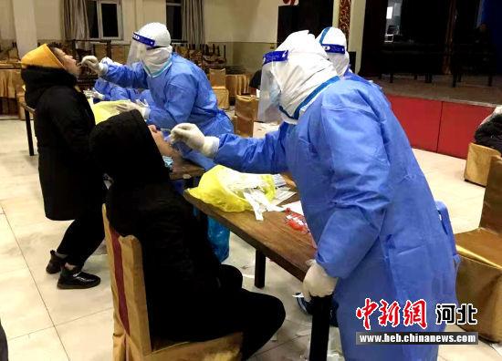 医护人员正在开展核酸采样。 满城区委宣传部供图