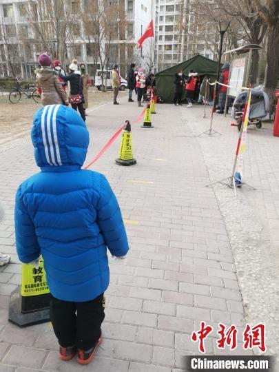 图为石家庄市裕华区国际城三期社区第一位检测的小朋友在排队等待。 张帆 摄