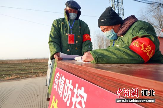 志愿者在防控点值班。 杨午 摄