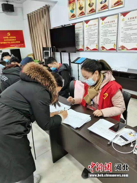 志愿者在进行疫情防控登记。 杨午 摄