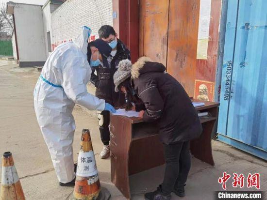 图为石家庄市公安局公交站前分局民警帮助乘客回家。 李洋 摄