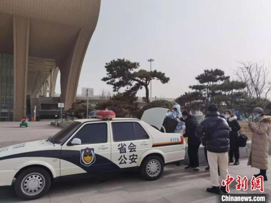 图为石家庄市公安局公交站前分局民警帮助乘客。 李洋 摄