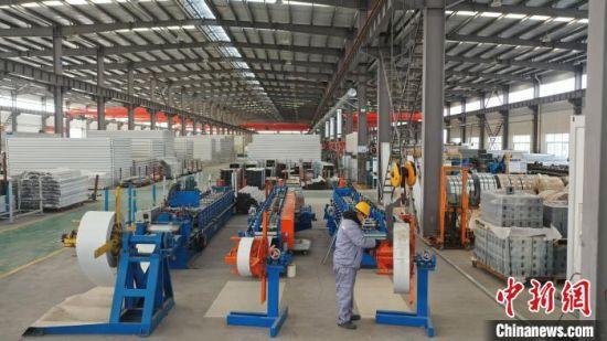 图为唐山芦台经济开发区的工人正在加班加点生产集成房屋支援石家庄抗疫一线。 白云水 摄