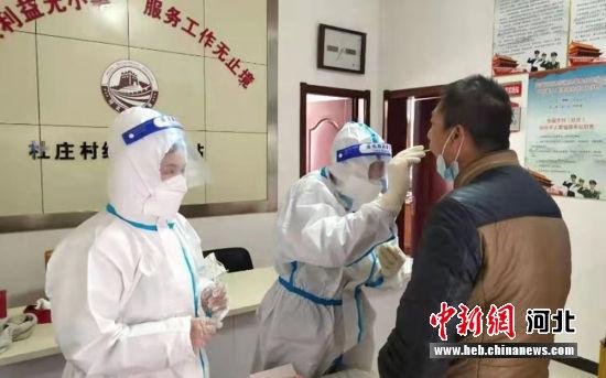 医护人员正在为村民做核酸检测。 安国市委宣传部供图