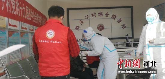 图为永清县网格员协助防疫人员组织村民核酸检测。 赵媛媛 摄