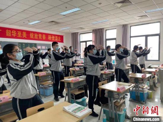 学生们在室内做课间操放松 李茜 摄