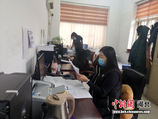 涞水县卫健局工作人员分组核实录入信息工作现场。 涞水县妇联供图