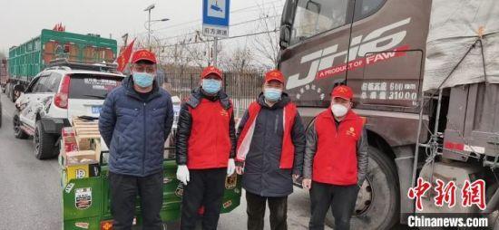 图为志愿者分组排班为滞留货车司机提供服务。 郭京泉 摄