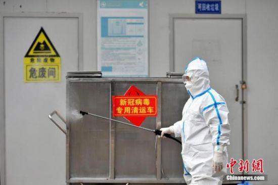 1月19日,河北石家庄,河北省胸科医院的工作人员在专用清运车处消毒。 中新社记者 翟羽佳 摄
