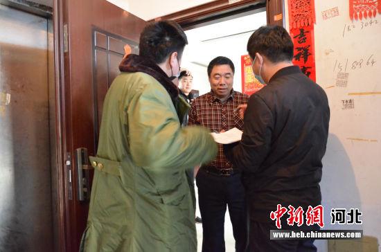 白沟仁和家园网格化党员干部入户排查。 冯云 摄