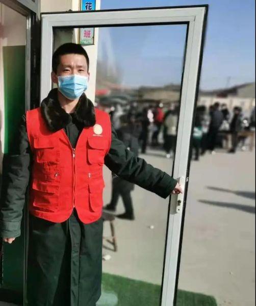 图为王少齐同学组织村里群众进行核酸检测