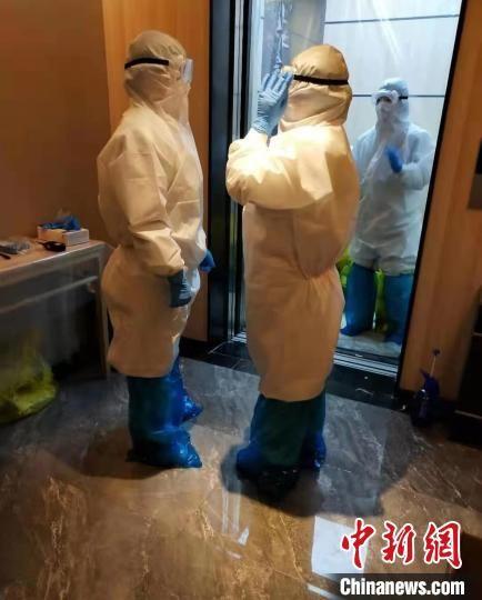 图为隔离点医护人员的工作场景 杜立雄 摄