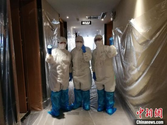 图为隔离点的医护人员工作场景 杜立雄 摄