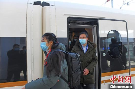 G913次列车从北京朝阳站出发,乘客在承德南站下车 张桂芹 摄