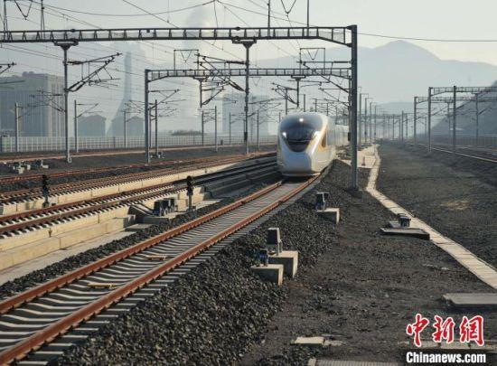 首趟承德南站开往北京朝阳的高铁驶出承德。 张桂芹 摄