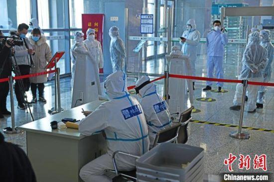 车站进出口都实施了严格的疫情防控措施 张桂芹 摄