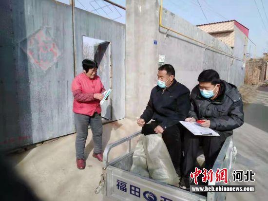大营村网格员为贫困户张俊彩送去口罩和消毒液。 李沫霖 摄