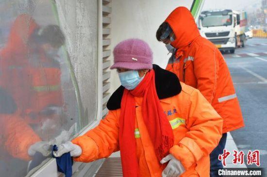 图为河北石家庄循环化工园区全域清扫消毒。 李洋 摄