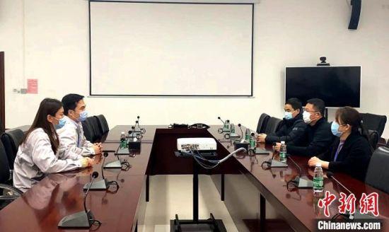 图为固安县科学技术和工业信息化局负责人到企业座谈了解相关情况。 史国强 摄
