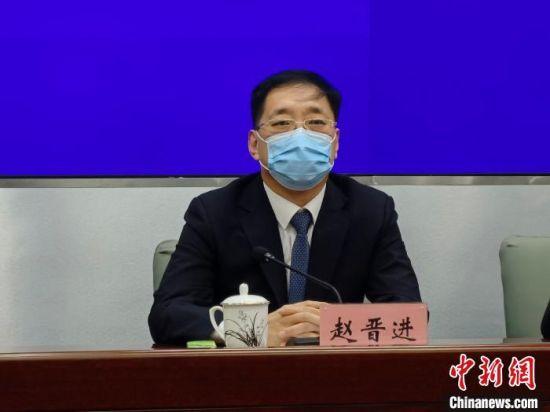 图为廊坊市政府副市长、市公安局局长赵晋进介绍疫情防控工作情况。 宋敏涛 摄