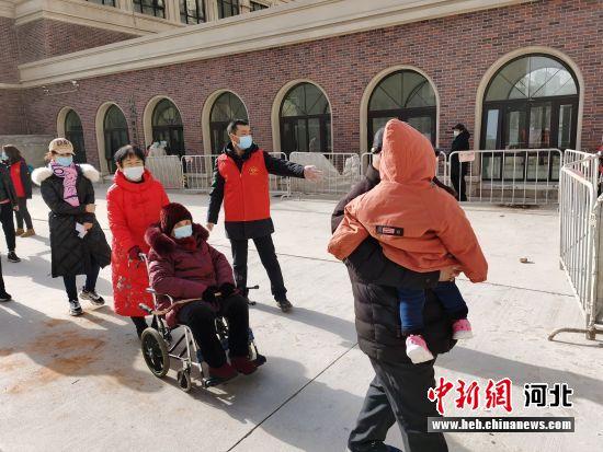 图为固安县党员志愿者组织居民有序排队进行核酸检测。 门丛硕 摄