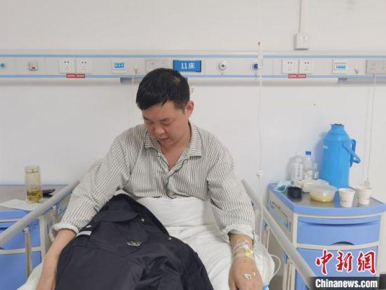 图为躺在医院病床上的崔颢,想早日回到岗位。 李洋 摄