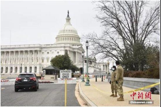资料图:1月8日,美国国会大厦四周设置约2米高的黑色铁栅栏,国民警卫队也在周边巡逻,以加强安保。中新社记者 沙晗汀 摄