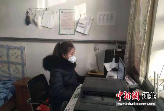 北代乡吴沙洼村拟回村任职大学生杨亚情正在填报回村人员信息。 王若琳 摄