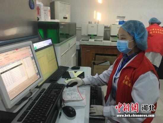 宋琼正在收集整理疫情防控检验结果。 杨�� 摄