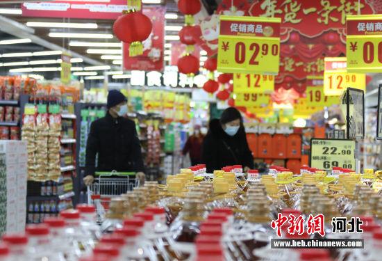 图为固安县一家大型商超内,顾客在选购商品。 门丛硕 摄