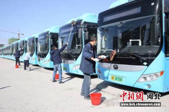 图为公交公司工作人员对车辆进行清洗消毒。 门丛硕 摄