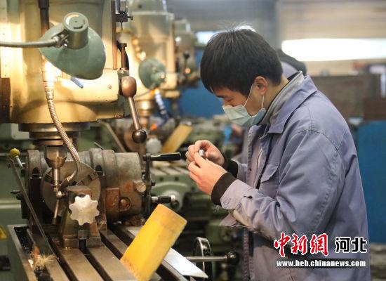 图为京南•固安高新区新兴园一家企业车间,工人正在加工零部件。 门丛硕 摄