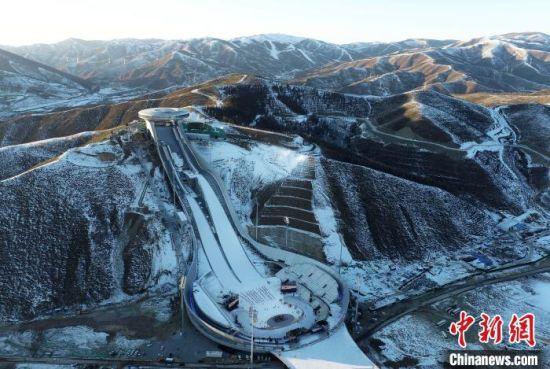 """图为位于河北省张家口市崇礼区的国家跳台滑雪中心""""雪如意""""航拍。 武殿森 摄"""