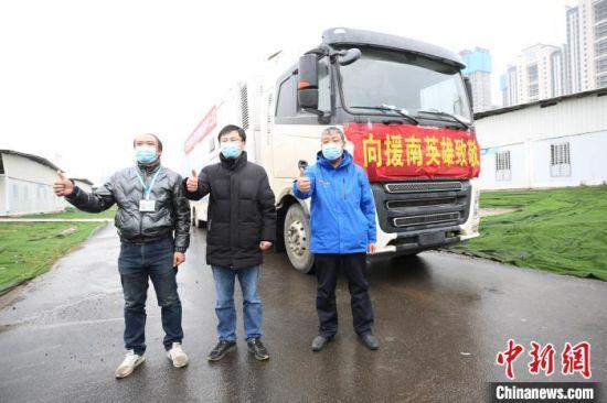 随车援冀的武汉大学中南医院3名工作人员 李晗 摄