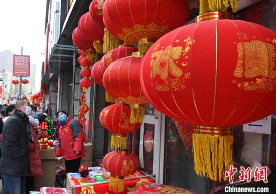 图为当日下午,市民在石家庄南三条批发市场挑选灯笼。 中新社记者 翟羽佳 摄