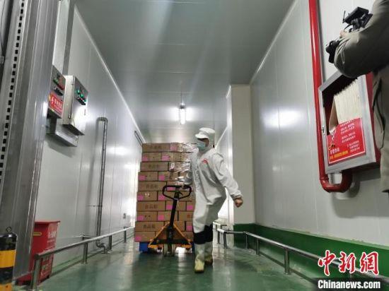 在安平就地过年的员工正在工作。 王鹏 摄