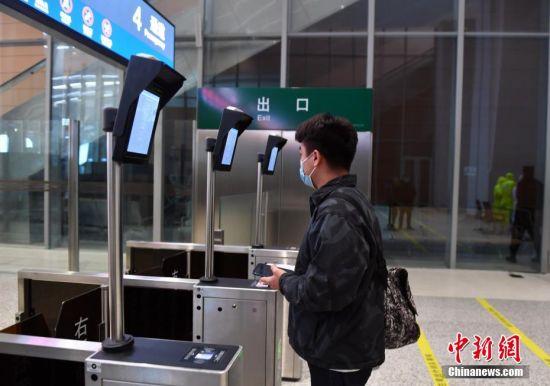 图为雄安站内旅客正在检票进站。 图/韩冰 文/崔涛