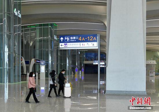图为雄安站内地面候车大厅旅客等待检票。 图/韩冰 文/崔涛